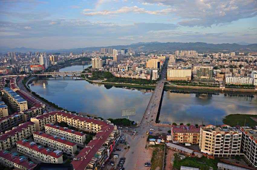 河源位處東江中上游,佔了水利運輸之便,古代商業活動非常發達,又稱「東江首府」。