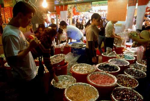 台北市大稻埕的迪化街,是台灣南北貨批發的重心,也是乾貨的集散地。圖片來源:觀光局